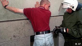 Policajac kontrolira neonacističkog navijača
