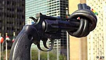 Skulptur Non-Violence von Karl Fredrik Reutersward vor dem UN-Hauptquartier in New York