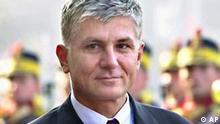 Serbiens Ministerpraesident Zoran Djindjic in Bucharest am 8. Feb. 2002. Djindjic ist bei einem Attentatsversuch in Belgrad schwer verwundet worden. Das berichtete der unabhaengige Belgrader Rundfunksender B-92 am Mittwoch, 12. Maerz 2003. (AP Photo/Vadim Ghirda)