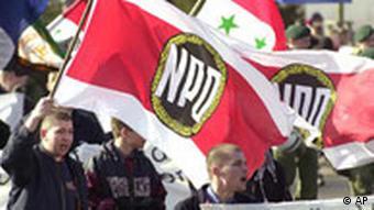 Anhaenger der rechtsextremistischen Nationaldemokratischen Partei Deutschlands (NPD) demonstrieren am 8. Maerz 2003 in Greifswald