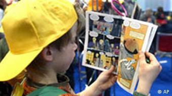 Ein Junge liest in einem Comic auf der Leipziger Buchmesse (Foto: AP Photo/Eckehard Schulz)
