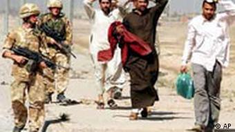 Britische Soldaten kontrollieren Identität der Iraker