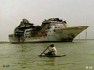 يخت المنصور العائد لصدام حسين راسيا في مياه شط العرب بين العراق وإيران