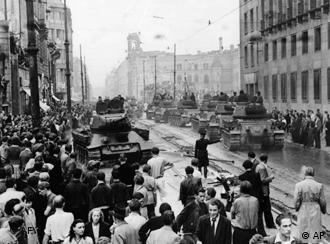 Tanques contra manifestantes nas ruas de Berlim Oriental