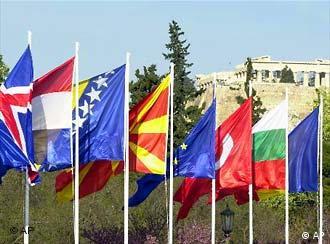 Bandeiras hasteadas durante cúpula em Atenas: divergências estremecem a união