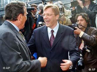 Premier belga Guy Verhofstadt (à direita) e o chanceler alemão Gerhard Schröder
