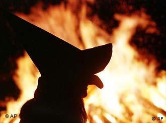 Con fuego y brujas se le da la bienvenida al buen tiempo.