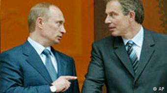 Russlands Präsident Wladimir Putin zeigt auf den britischen Premier Tony Blair