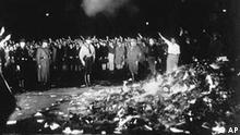 Bücherverbrennung in Deutschland mit Hitler-Gruß