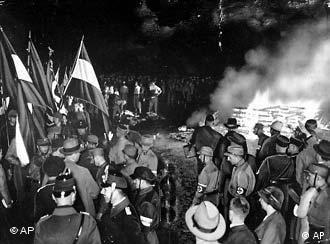 Umstehende betrachten einen Stapel brennender Buecher am 10. Mai 1933 auf dem Berliner Opern-Platz. Bei der 'Buecherverbrennung' waren auf Initiative nationalsozialistischer Studenten die Werke von mehr als 200 Schriftstellern und Intelektuellen verbrannt worden, die nach Ansicht der Nationalsozialisten als 'schaedlich' und 'entartet' eingestuft wurden. Der schwarze Tag fuer die deutsche Literatur jaehrt sich am Samstag, 10. Mai 2003, zum 70. Mal. (AP Photo)