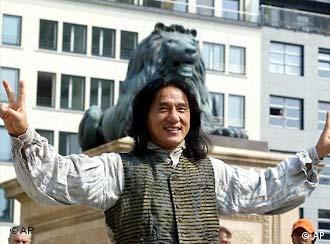 Der chinesische Schauspieler Jackie Chan stellt sich in einer Drehpause in Berlin am Dienstag, 6. Mai 2003, den Fotografen. Chan dreht zur Zeit auf dem Berliner Gendarmenmarkt die Neuverfilmung von In 80 Tagen um die Welt. (AP Photo/Roberto Pfeil) ---Chinese actor Jackie Chan poses for the photographers during the work for his new film, the remake Around the World in 80 Days in Berlin, Tuesday May 6, 2003. Chan plays Passpartout, the mate of Phileas Fogg. (AP Photo/Roberto Pfeil)
