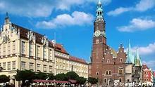 Ort: Wroclaw Breslau Schlesien Caption: Stadtansicht. Rynek/ Markt. Neues und altes Rathaus. Café-Freisitze. Passanten. Aufnahmedatum: 12.06.01