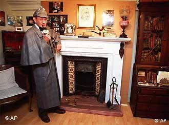 Ein als Detektiv verkleideter Mann steht vor einem Kamin