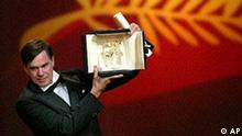 American director Gus van Sant, poses as he is awarded the Palme d'Or for the film Elephant, during the award ceremony of the 56th Film Festival in Cannes, on the French Riviera, Sunday, May 25, 2003. (AP Photo/Lionel Cironneau)
