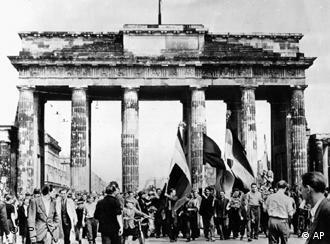 Há 50 anos: trabalhadores atravessam a Porta de Brandemburgo em direção a Berlim Ocidental