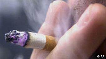Raucher raucht Zigarette - Weltnichtrauchertag