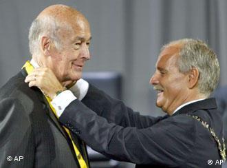 Giscard D'Estaing recebe prêmio do prefeito de Aachen, Josef Linden