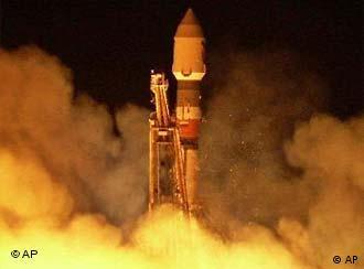 Eine Rakete – im Hintergrund sehr viel rötlicher Qualm