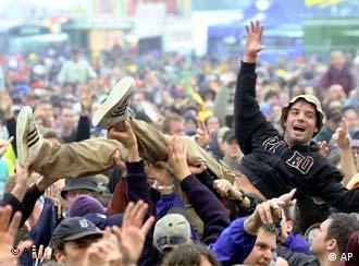 Fans auf dem Festivalgelände (Foto: AP)
