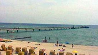 Strand in Grömitz mit Badebrücke und Strandkörben