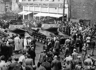 Советские танки - против немецких демонстрантов.