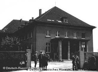 Historische Aufnahme mit uniformierten Soldaten, die vor dem Eingang des Offizierskasinos der Wehrmacht stehen, in dem am 8. Mai 1945 das Ende des Zweiten Weltkriegs besiegelt wurde. (Quelle: Deutsch-Russisches Museum, Berlin-Karlshorst)