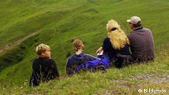 Familie auf Bergwiese