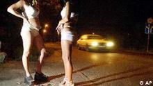 Ein Archivbild vom 7. September 2002 zeigt Prostituierte auf dem Strassestrich der ungarischen Hauptstadt Budapest. Nach der Aufnahme osteuropaeischer Staaten in die Europaeische Union erwarten Experten eine Zunahme des Menschenhandels und der bereits heute weit verbreiteten Zwangsprostitution auslaendischer Frauen. Mit der EU-Erweiterung wird sich das Problem verschaerfen' sagte Uta Ludwig vom Beirat zur Hielfe fuer Opfer von Menschenhandel und Gewalt in der Prostitution am Mittwoch, 18. Juni 2003, in Frankfurt/Oder. Nach Deutschland verschleppte Frauen aus den Beitrittslaendern koennten sich dann bei Polizeikontrollen ausweisen und wuerden den Ermittlern dadurch nicht mehr auffallen. (AP Photo/ Bela Szandelszky) **zu APD5533**
