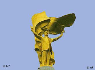 Арка нейтралитета с позолоченной статуей президента Ниязова