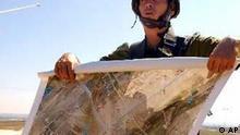 Israelischer Soldat mit Karte