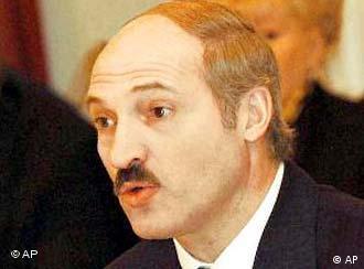 Präsident Aleksandr Lukaschenko reicht bei der Wahlkommision die meisten Unterschriften ein