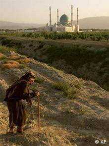Пожилая женщина на фоне мечети
