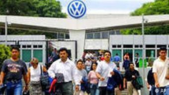VW-Arbeiter verlassen nach Schichtende das Werk (Foto: AP)