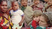Women and children over crowd, Menschenmenge, viele Menschen unterschiedlichster Nationen, Weltbevölkerungstag