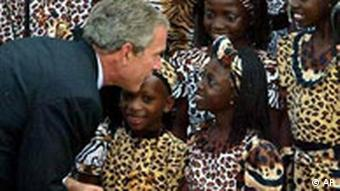 George Bush begrüßt Kinder in Uganda