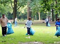 Limpieza del Tiergarten tras el Love Parade de Berlín.