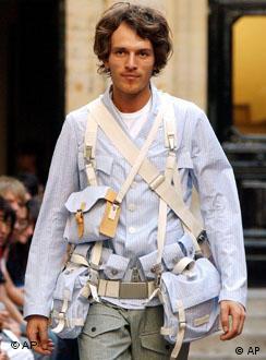Un modelo mostrando las últimas tendencias en bolsos para hombres.