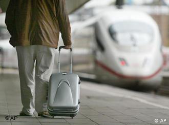 Мужчина с чемоданом и поезд