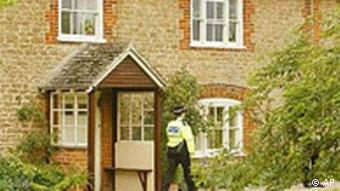 Haus von Dr. David Kelly in Abingdon mit Polizist, England