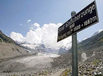 Sebuah papan informasi penurunan lapisan gletsyer di pegunungan Alpina Swiss