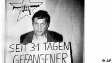 Die Pariser Zeitung Liberation veroeffentlichte am 8. Oktober 1977 dieses Foto des am 5. September 1977 in Koeln entfuehrten Arbeitgeber-Praesidenten Hanns-Martin Schleyer. Mit der Entfuehrung des 62jaehrigen Schleyer begann ein 44 Tage waehrendes Drama, das die Republik veraenderte. Von einer in Berlin geplanten Ausstellung 'Mythos RAF' hat sich der Hamburger Kunstmaezen Jan Philipp Reemtsma distanziert, wie die 'Rheinische Post' am Mittwoch, 23. Juli 2003, berichtet. (AP Photo/HO)***Zu Schmidt, 10 Jahre Selbstauflösung der RAF - Aufarbeitung der Terror-Zeit noch nicht abgeschlossen***