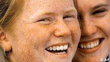 Zwei sommersprossige Australierinnen lachen am 21. Nov. 1996 in Sydney in die Kamera. Galten Sommersprossen frueher als optischer Makel, sind die Flecken inzwischen gefragt - Sommersprossen sind absolut in. Models mit der Pigmentstoerung sind besonders gefragt, und im Fruehjahr 2003 ist sogar ein Stift namens Crayon Freckles auf den Markt gekommen, mit dem sich die geneigte Kundin kuenstliche Sommersprossen auftragen kann. (AP Photo/David Longstreath) ** zu unserem Korr **