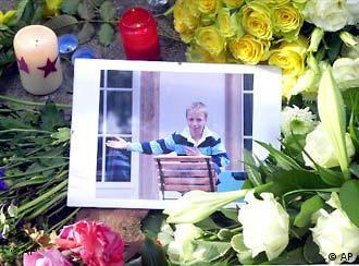 Ein Foto von Jakob von Metzler liegt am 2. Okt. 2002, umringt von Blumen und Kerzen, vor seinem Elternhaus in Frankfurt/Main. (Foto: AP)