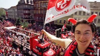 1998 Meisterfeier 1. FC Kaiserslautern - Fans feiern Ein Fan des 1.FC Kaiserslautern jubelt von einem Bakon aus Bundesligageschichte