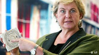 Die Bundesbeauftragte für die Unterlagen des Staatssicherheitsdienstes der ehemaligen DDR MfS, Marianne Birthler, zeigt eine CD-ROM mit so genannten Rosenholz Daten