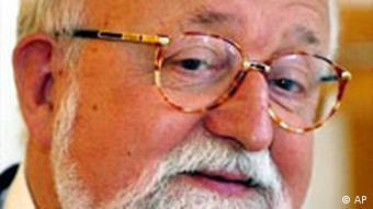 Der Preistraeger des Staatspreises des Landes Nordrhein-Westfalen, der polnische Komponist Krzystof Penderecki, posiert beim Festakt am Montag, 17. Maerz 2003 in Duesseldorf. (AP Photo/Martin Meissner)