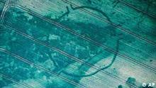 Die Luftbildaufnahme von 1999 zeigt die Anlage des Sonnenobservatoriums auf einem Feld bei Goseck, nahe Weissenfels, Sachsen-Anhalt. Grabungsfundstuecke stammen aus der Zeit ca. 5000 bis 4800 v.Chr. Damit ist Goseck das aelteste nachgewiesene Sonnenobservatorium Europas. (AP Photo/HO/Landesamt fuer Archaeologie/R.Schwarz) ** NO ARCHIVE ** NUR ZUR REDAKTIONELLEN EINMALIGEN VERWENDUNG IM ZUSAMMENHANG MIT DER PRESSEKONFERENZ VOM 7. AUG. 2003