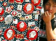 小贩在上海街头兜售毛像章