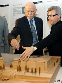 Daniel Libeskind, US-amerikanischer Architekt, rechts und Bundesverteidigungsminister Peter Struck, links vor dem Modell des Militärhistorischen Museums der Bundeswehr
