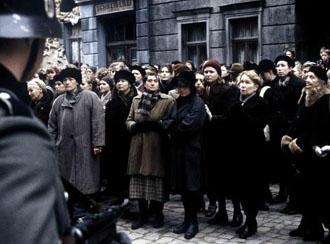 Демонстрация 1943 года - кадр из фильма Розенштрассе